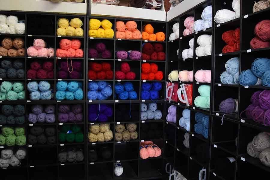 Un espace mercerie avec un choix de laine.