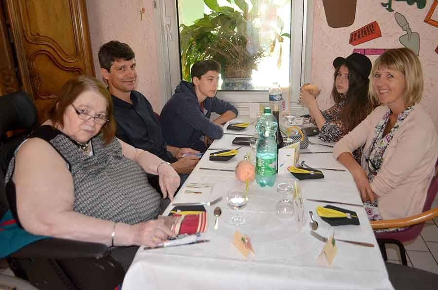 Familles, résidents et cocottes à la fête aux Genêts