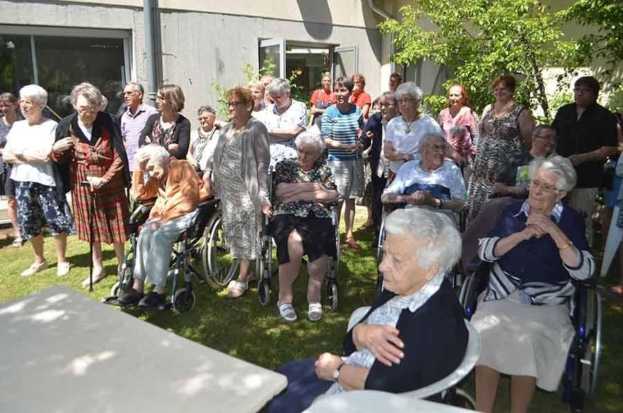 Une partie des résidents assistaient dans le jardin à la cérémonie.
