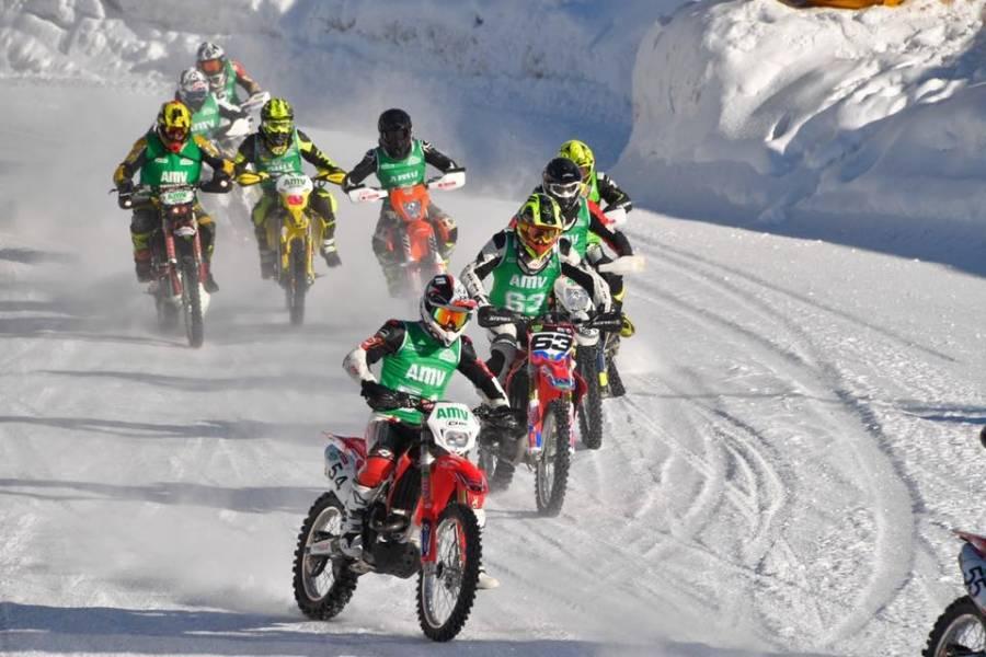 Sébastien Valla (casque jaune) est au fond à gauche. Photo Trophée Andros