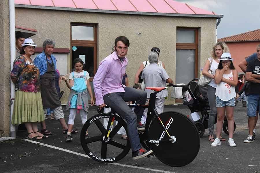 Sur son vélo et en équilibre, Clément Leroy se déshabille (vidéo)