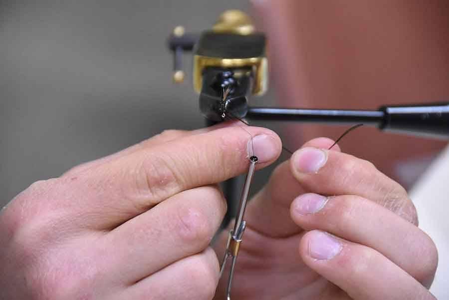 Ils ont appris à fabriquer une mouche pour la pêche sportive