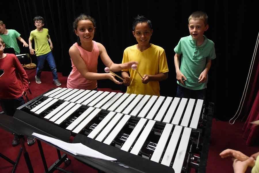 Saint-Maurice-de-Lignon : les écoliers et des percussionnistes sur des rythmes africains