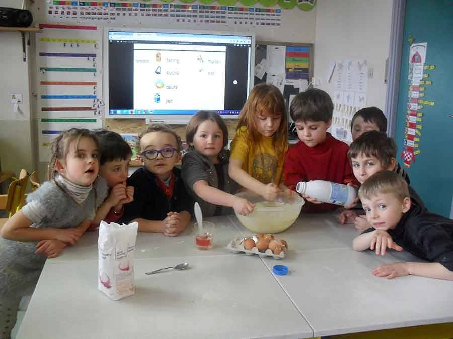 Ecole publique de Tence : les écoliers dégustent des crêpes