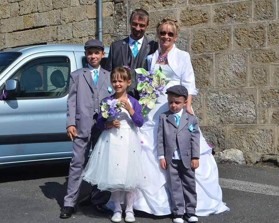 Isabelle et Gaël Souvignet et leurs trois enfants.