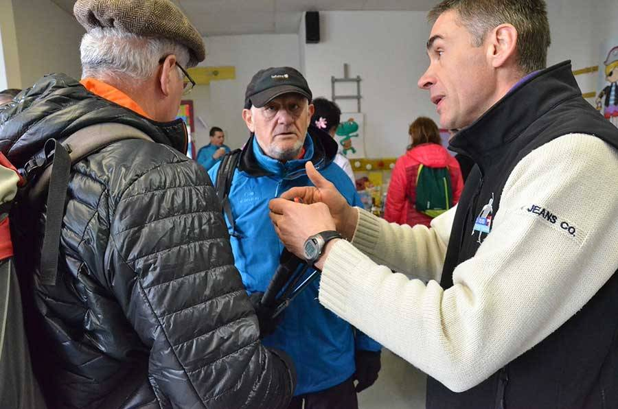 Bertrand, l'un des organisateurs, décrit les parcours à des participants.