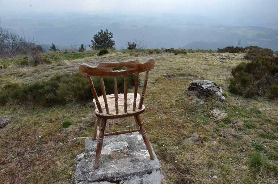 La chaise est installée sur un repère du réseau géodésique.