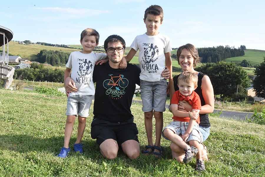 Pierre-Julien et Aline Jouve avec leurs trois enfants : Paul, 7 ans, Léo, 9 ans, et Charlie, 3 ans.