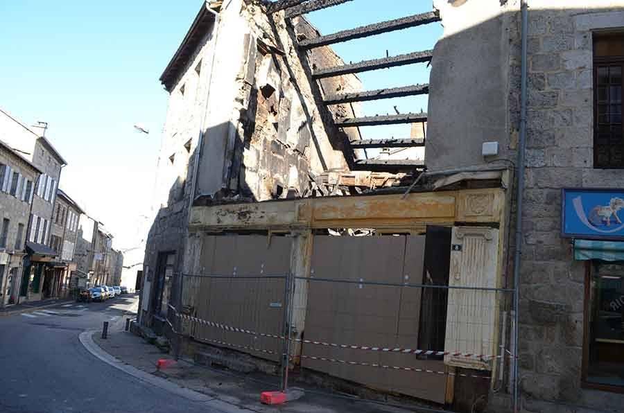 Tence : l'immeuble détruit par le feu a dû être démoli (vidéo)