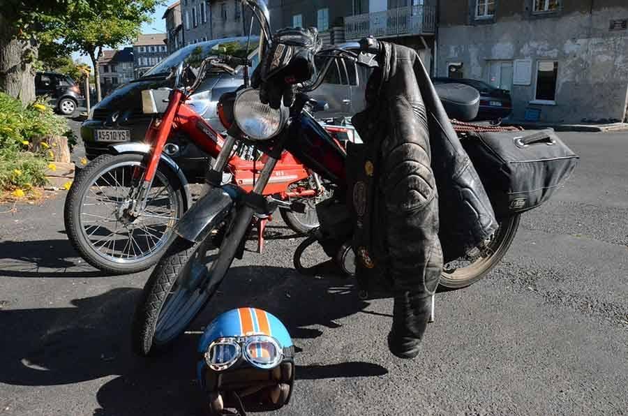 Des motards partent en randonnée pour le week-end... en mobylette