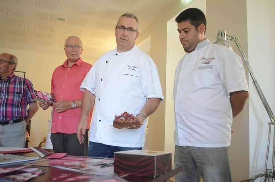Pascal Liotier et Yann Sabot ont fait goûter la tarte chocolat fruits rouges qui sera la vedette de la fête.