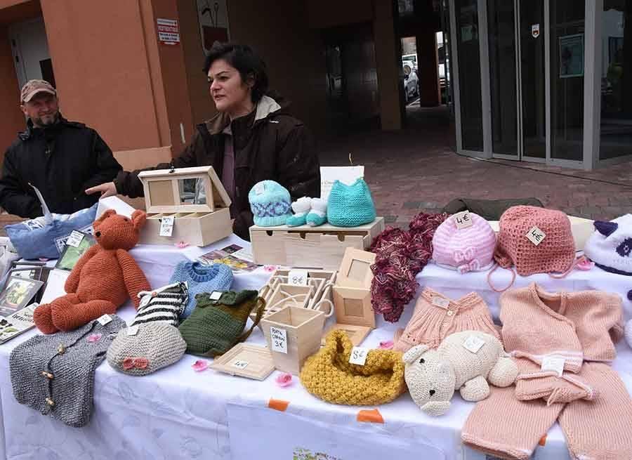 Des tricotages et divers objets sont vendus au profit d'un refuge animalier de Retournac.