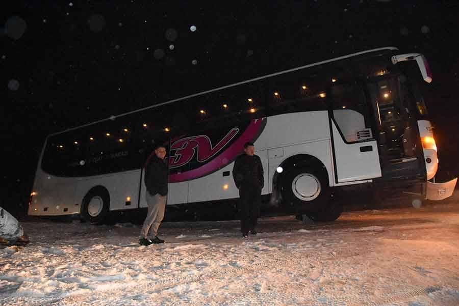 Des bus et des poids lourds en difficulté sur la neige