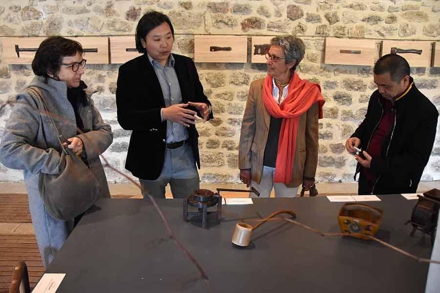Fan Zhe (deuxième en partant de la gauche) a mis en scène les objets.