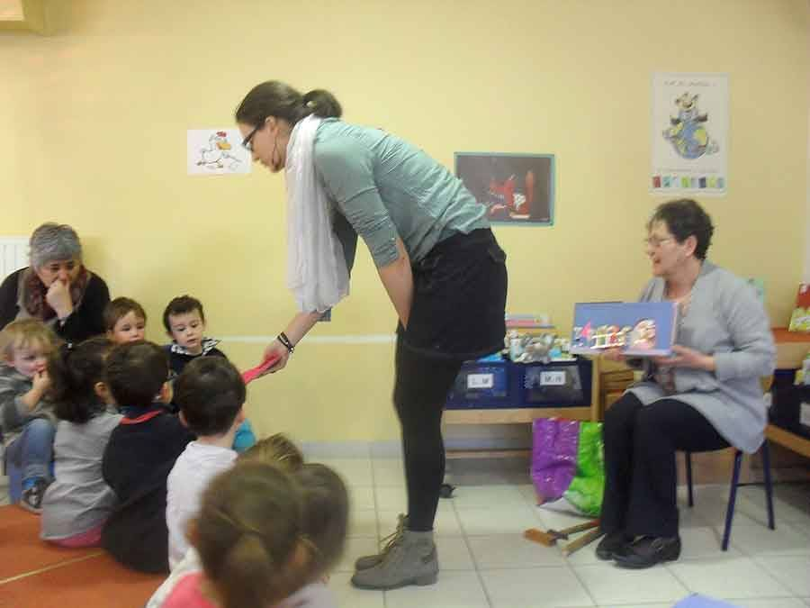 Tence : les écoliers découvrent les matières à la bibliothèque