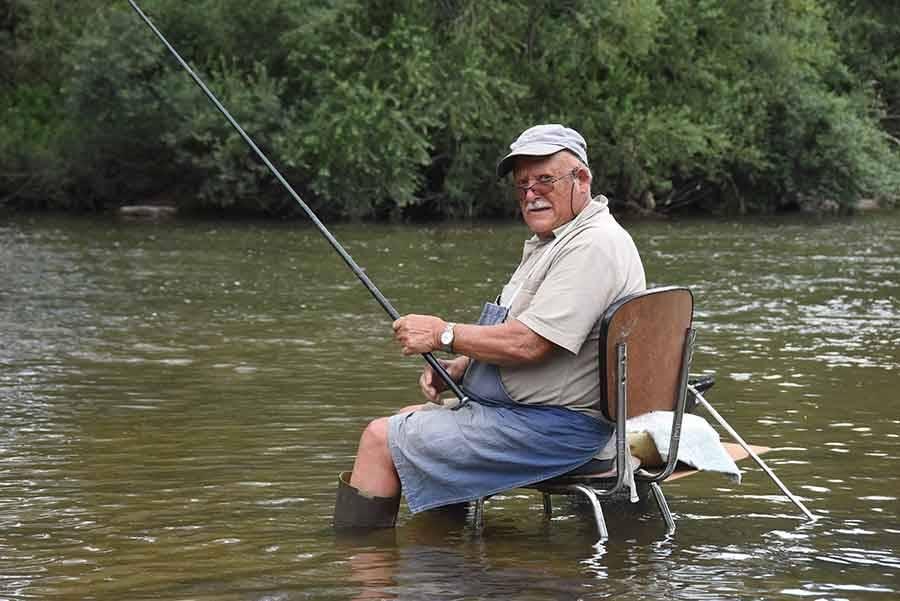 Retournac : un pêcheur confortablement installé dans la Loire