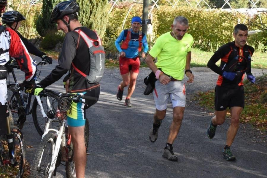 Quand les vététistes croisent des coureurs. Photo Lucien Soyere