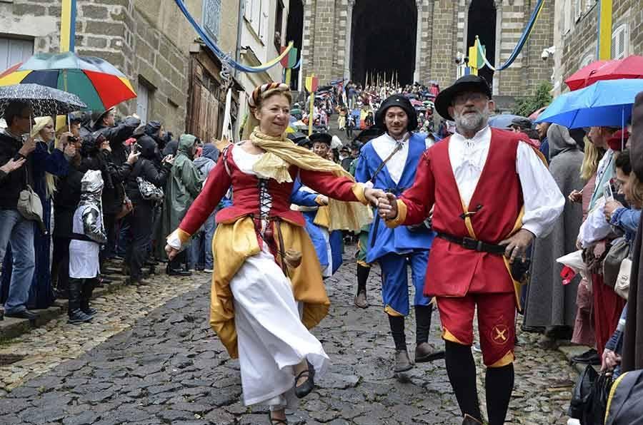 Défilé du Roi de l'Oiseau au Puy-en-Velay : du panache sous les gouttes
