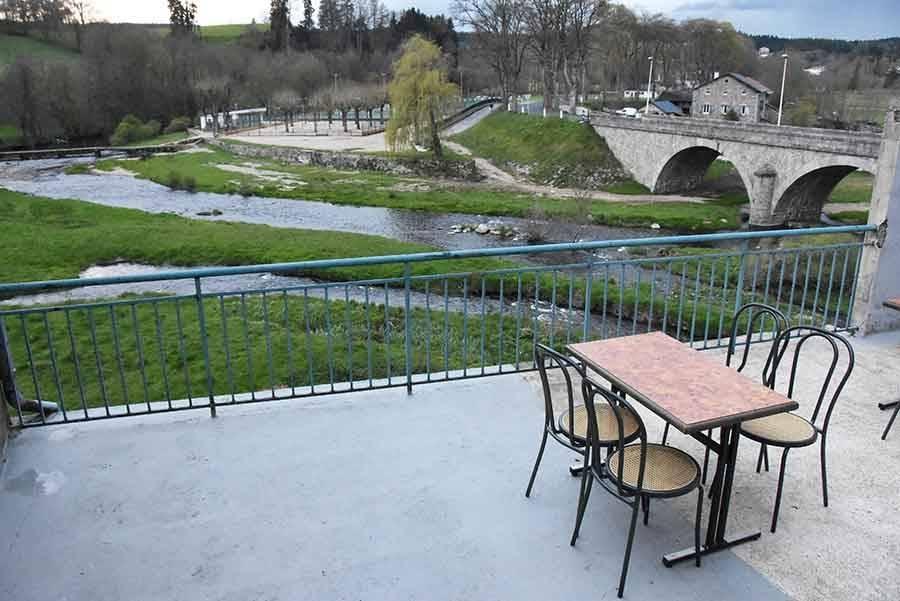 La terrasse donne sur le Lignon à l'arrière.