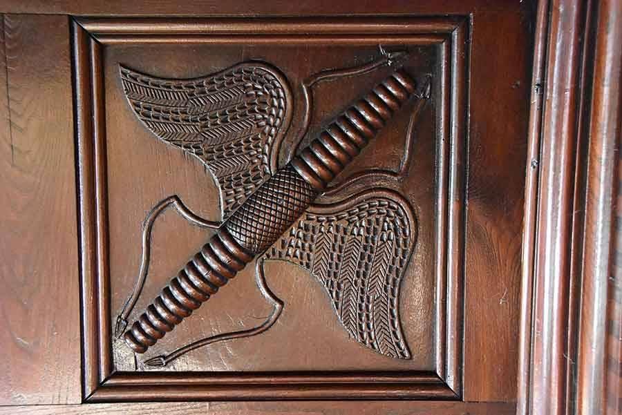 Ce motif intrigue et est reproduit dans les quatre angles du plafond de la pièce