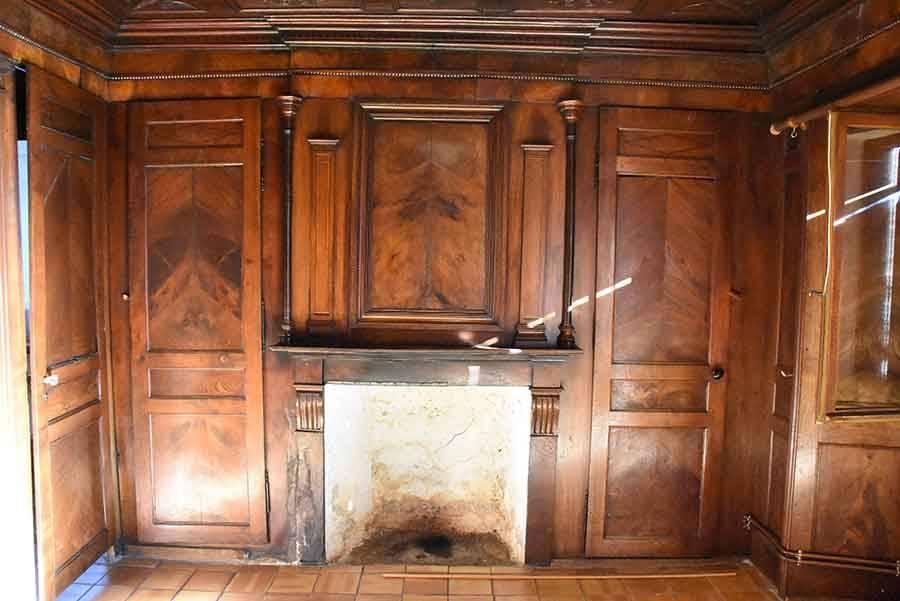 Des boiseries sculptées exceptionnelles dans une ancienne maison paysanne (vidéo)