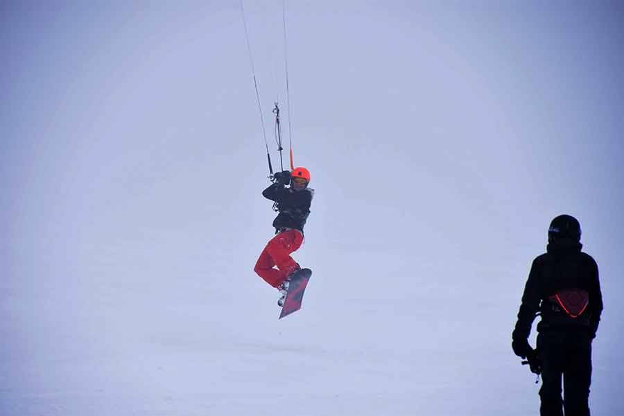 Snowkite : des skieurs dans le vent aux Estables