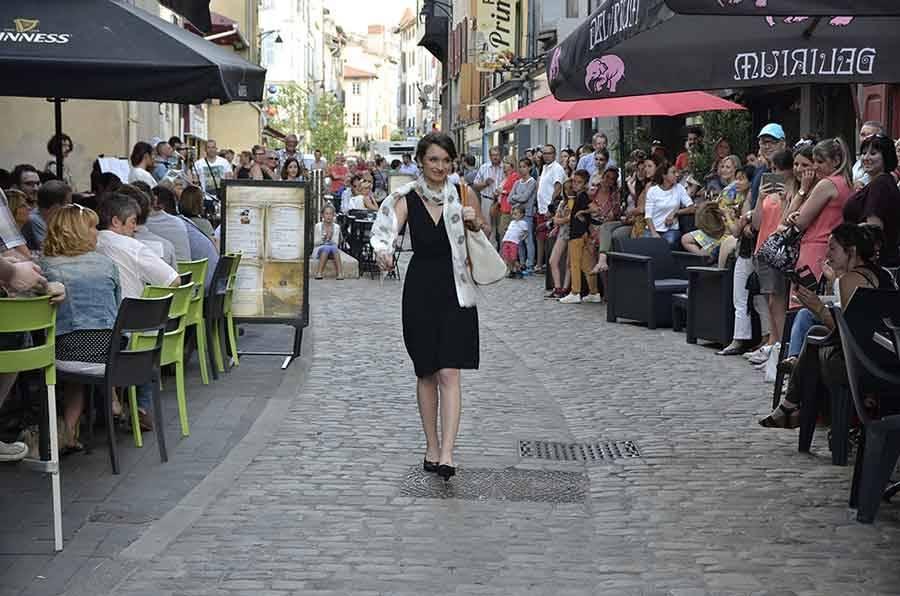Le Puy-en-Velay : Catwalk sur la rue Vibert pour le défilé de Luni