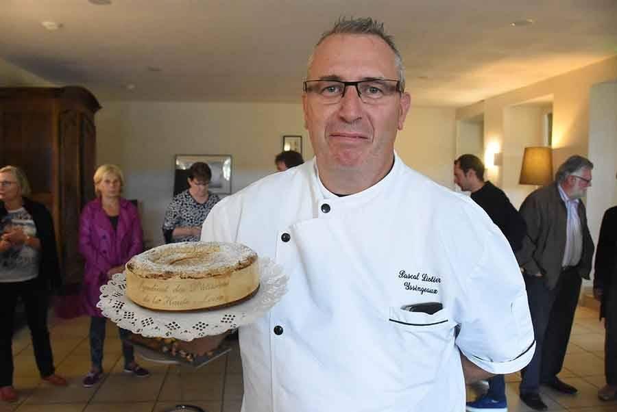 """Pascal Liotier présente le """"Saussac"""", un gâteau de voyage."""