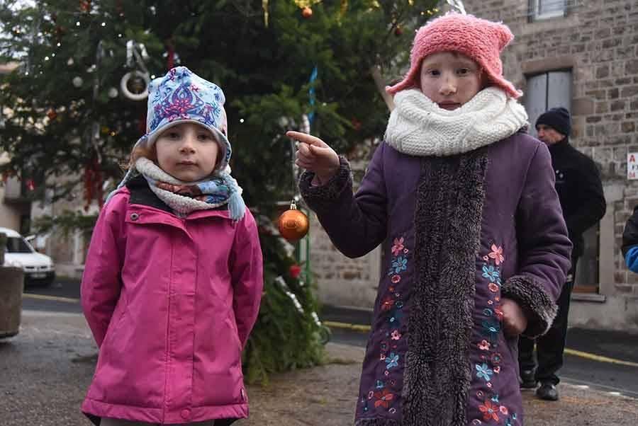 Montfaucon-en-Velay : les enfants ont décoré le grand sapin de Noël