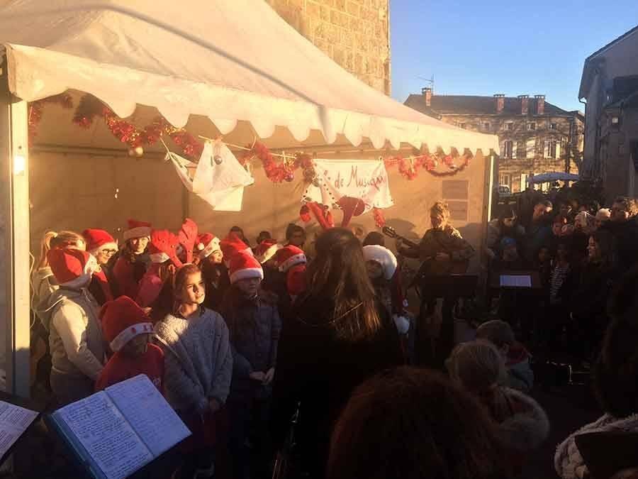 Chenereilles : de jeunes choristes sur le marché de Noël