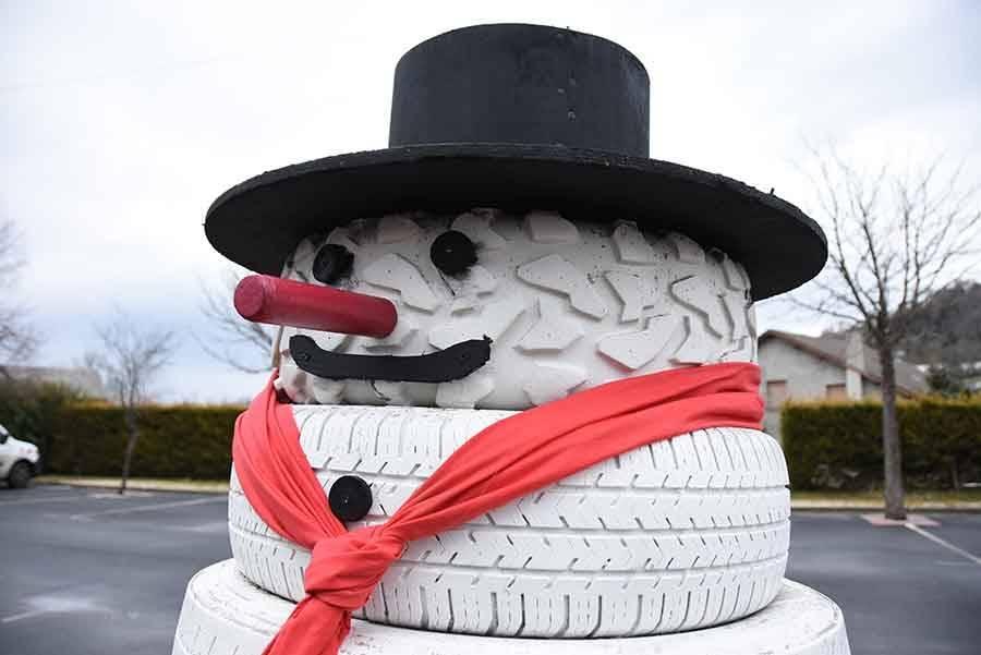 """A """"Recharinges"""", un bonhomme de neige réalisé... avec des pneus"""