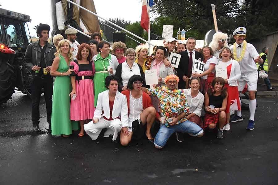 Montfaucon-en-Velay : le défilé des classes en 7 passe entre les gouttes (vidéo)