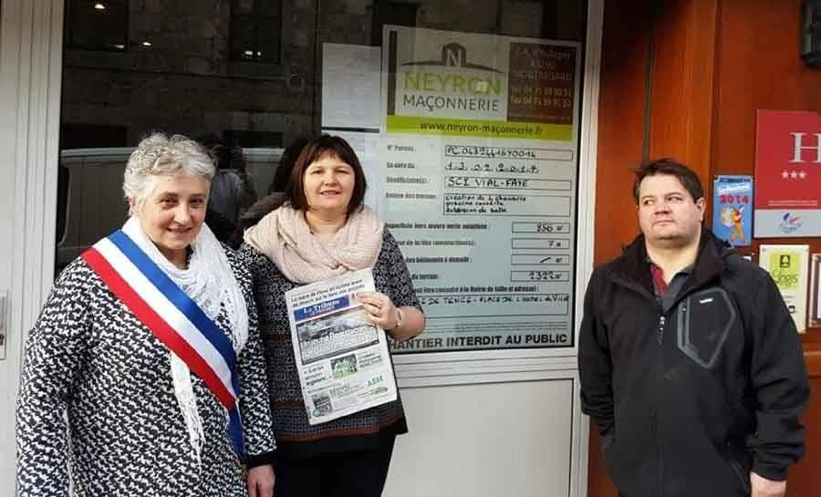 Photo officielle lors de l'affichage du permis de construire mardi matin avec le maire Brigitte Renaud..