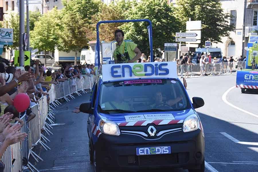 La caravane publicitaire contente les spectateurs sur le Tour de France