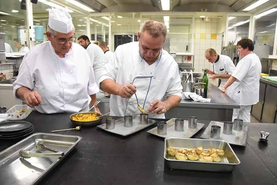 Les chefs pour personnes âgées dans la cuisine Marcon à Saint-Bonnet-le-Froid