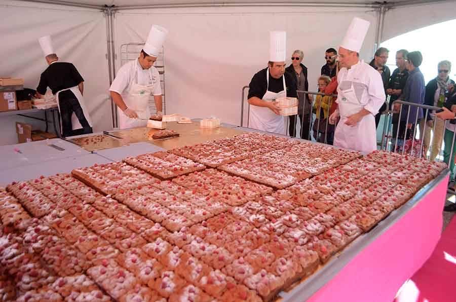 Un paquet de gourmands à la Fête de la pâtisserie à Yssingeaux