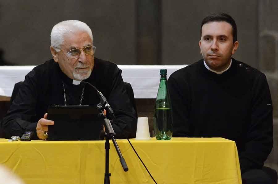 La venue de Mgr Moshé a été permise grâce au prêtre Nicolas Pourrat (à droite).
