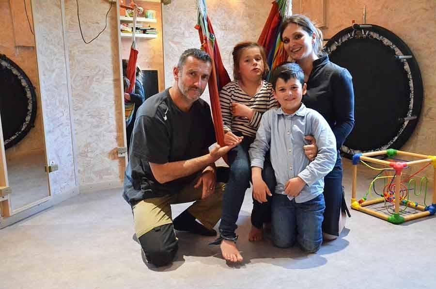 Line entourée de ses parents Franck et Karine et de son petit frère Noé, 6 ans, dans la salle d'éveil.