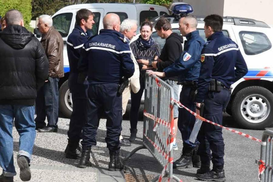 A Monistrol, gendarmes et policiers municipaux étaient postés devant les bureaux de vote. Photo Lucien Soyere