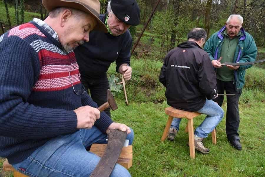 Apprentissage de la faux en quatre heures. Photo Lucien Soyère