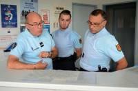 Le major Serge Antonin donne ses consignes aux deux gendarmes réservistes.