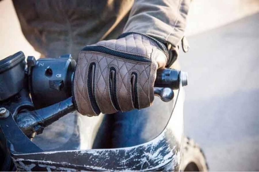moto ou en scooter le port des gants obligatoire partir du 20 novembre la comm re 43. Black Bedroom Furniture Sets. Home Design Ideas