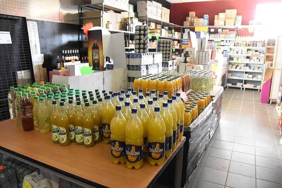 On peut acheter de l'alimentaire, hors frais et surgelés, des boissons (vins, bières, sodas, jus de fruits)
