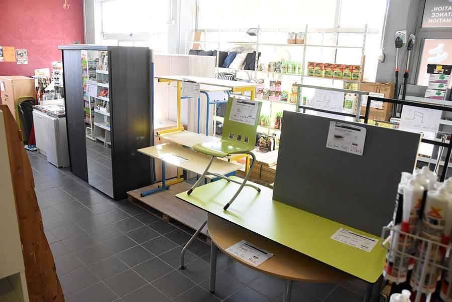 On peut se meubler avec des tables, des armoires, des bureaux, des kitchenettes, des lits, des sommiers à lattes selon l'arrivage.