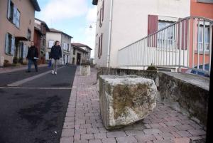 Des pierres sortis il y a quelques années et positionnés comme mobilier urbain en feraient partie