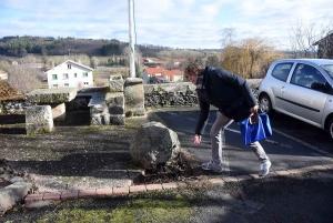Bruno Mestre montre le trou d'un bloc de pierre sur la place Bonnefoux, caractéristique des édifices gallo-romains