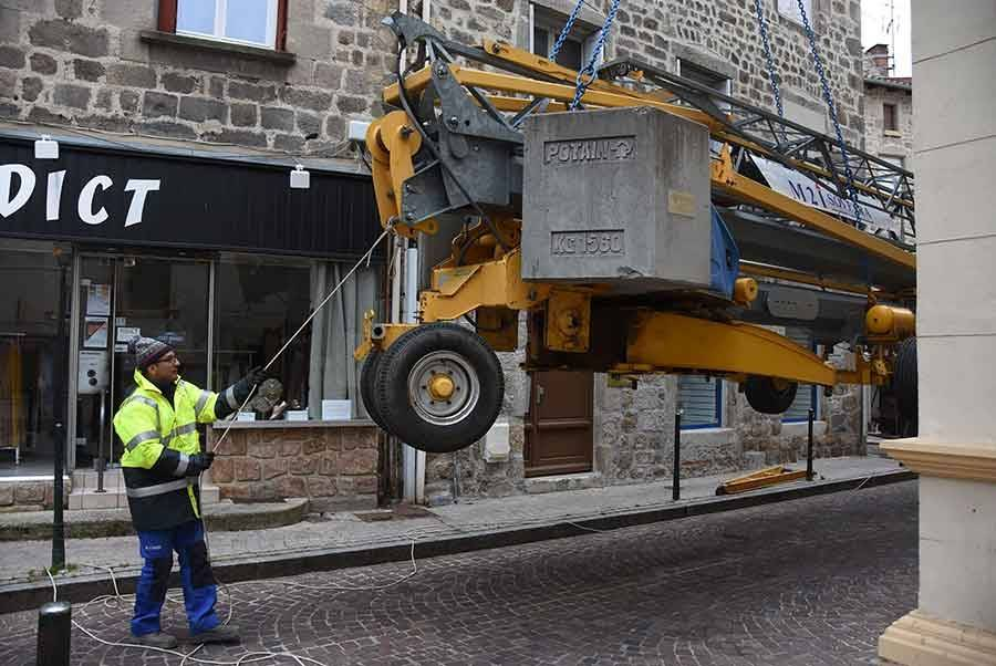 Monistrol-sur-Loire : une grue de 17 tonnes au-dessus des immeubles dans le centre-ville