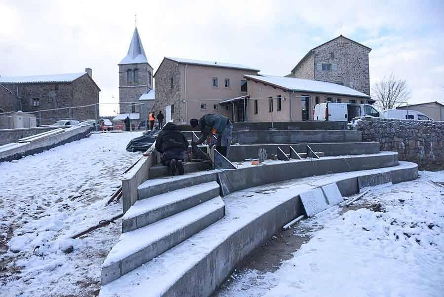 La Chapelle-d'Aurec : des places de stationnement et un espace vert aménagés en centre-bourg