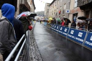 Saint-Julien-Chapteuil : ambiance mouillée à l'arrivée du Tour de l'Avenir