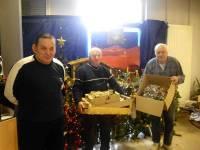 Tence : deux bénévoles s'occupent d'installer une crèche à la maison de retraite